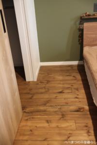 パイン材床 寝室 無垢材 アクセントクロス